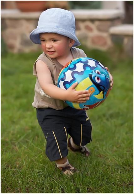 фото ребенка ловящего мяч